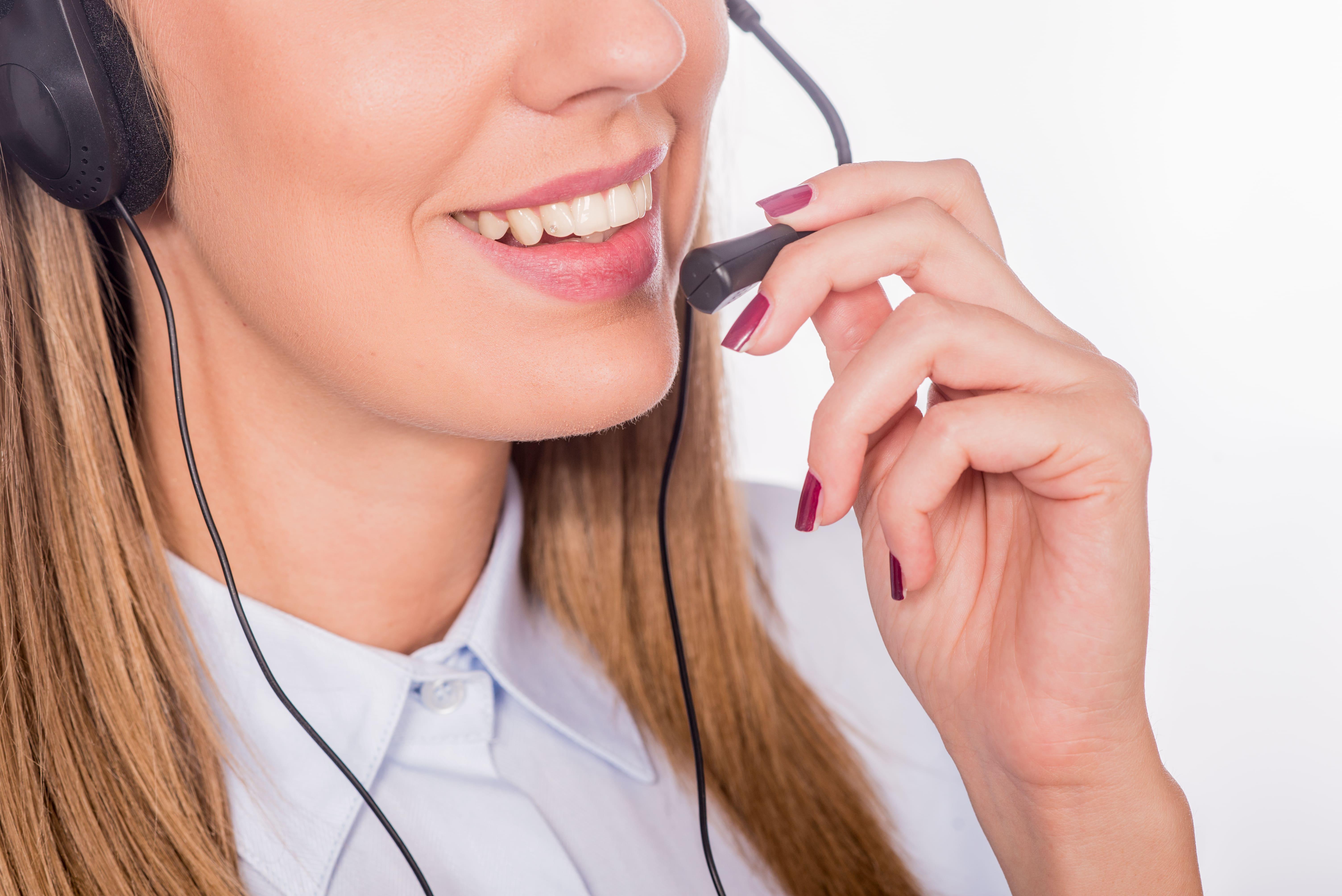 mujer haciendo venta telefónica